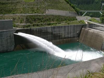長島ダムの放水