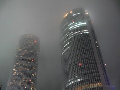 かすむ摩天楼