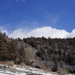 雪の中で青空垣間見え