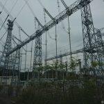 電気の幹線で賑わう村