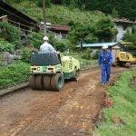 道路を横断するヒューム管を掘る掘る